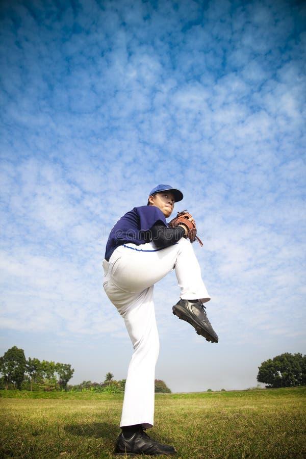 baseballa miotacz przygotowywający miotanie zdjęcie royalty free