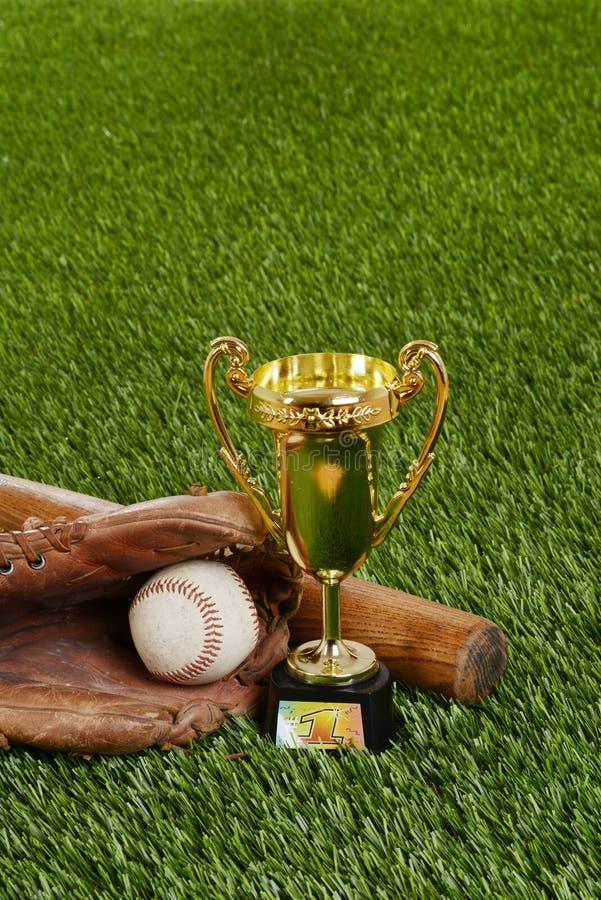 Baseballa trofeum z nietoperz rękawiczką i piłką fotografia stock