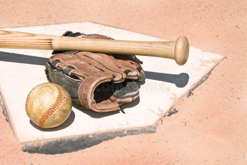 Baseballausrüstung auf Hauptplatte stockfotografie