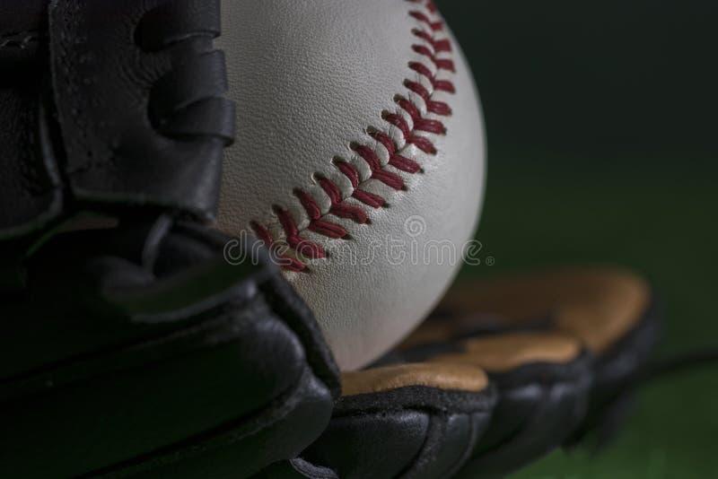 baseballboll i en baseballhandske royaltyfria bilder