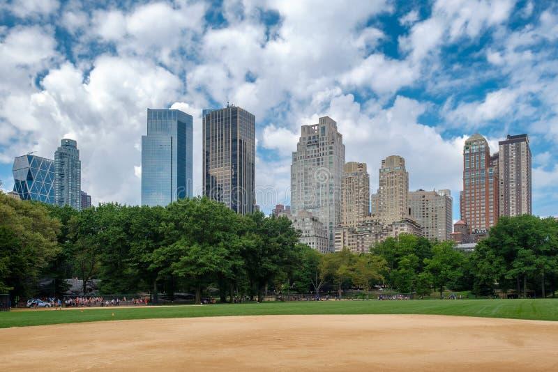 Baseballfält på Central Park med en sikt av den midtownManhattan horisonten arkivfoton