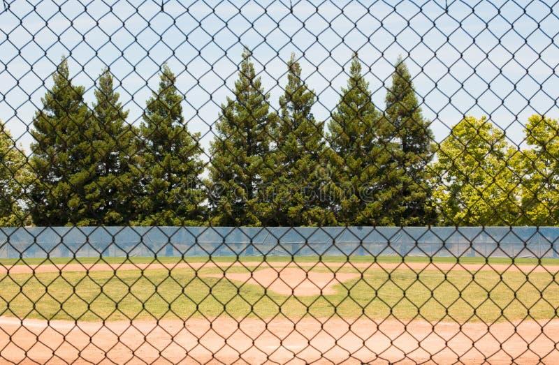 Baseballfält till och med staketet arkivbilder
