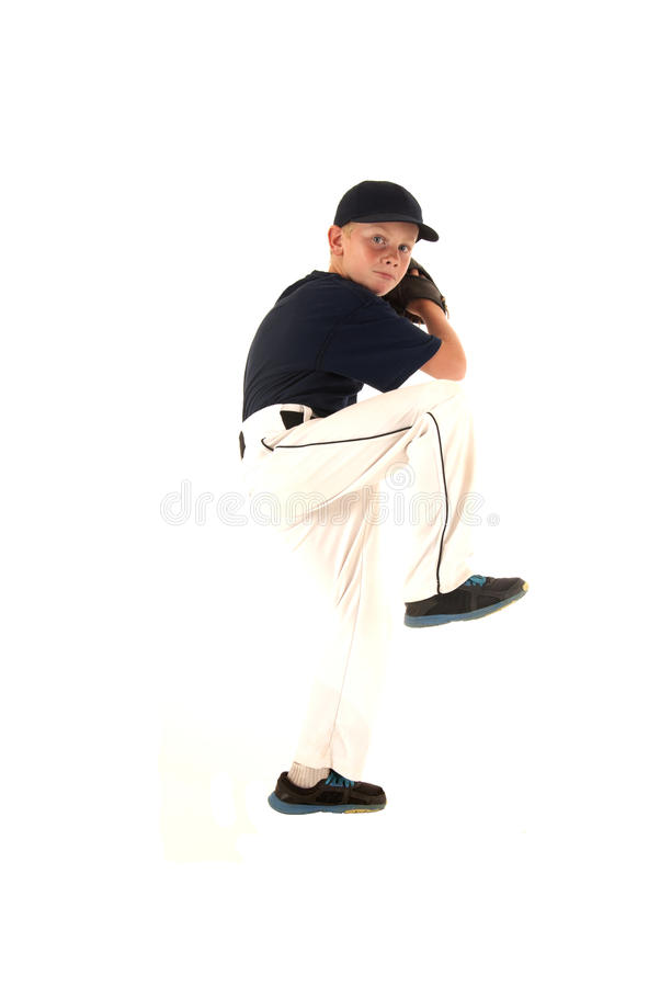 Baseballkanna i en breddstegrörelse som kastar bollen arkivfoton