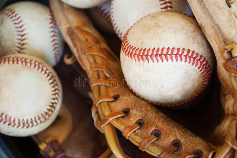 Baseballs en handschoen in emmer-close-up stock afbeeldingen