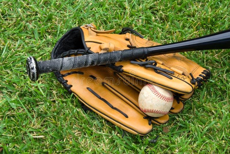 baseballutrustninggräs royaltyfri fotografi