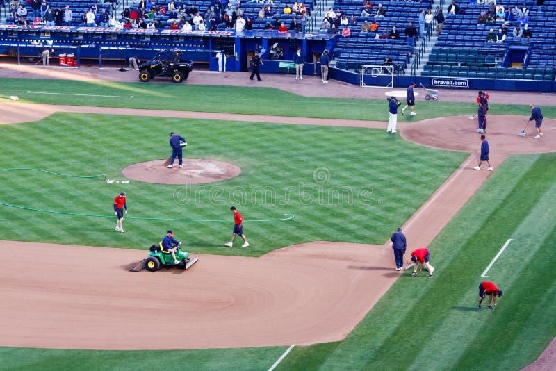 Basebol - de terras do grupo preparação do jogo pre foto de stock royalty free