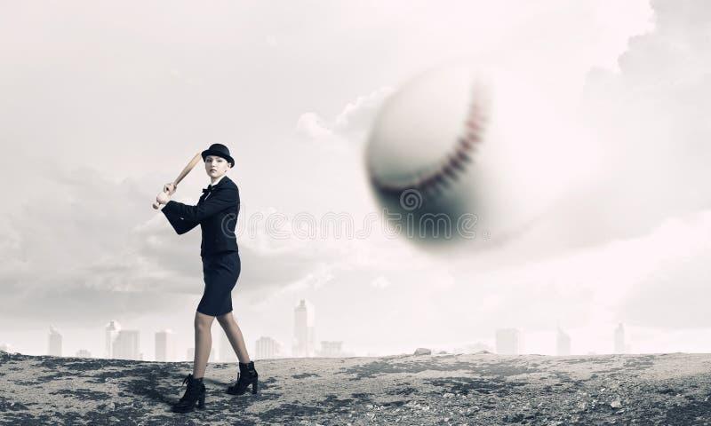 Basebol do jogo da mulher Meios mistos foto de stock
