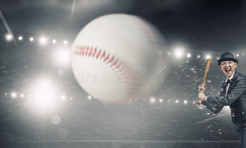 Basebol do jogo da mulher Meios mistos fotografia de stock