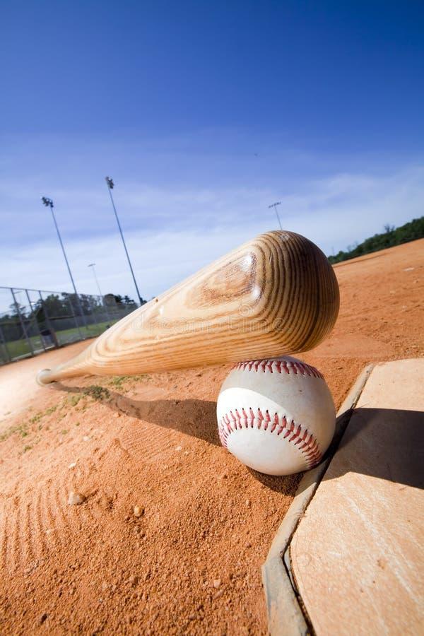 Basebol e bastão na placa Home foto de stock royalty free