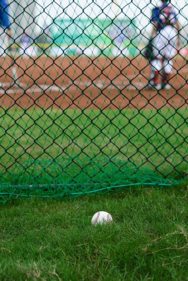 Basebol fora de um campo de basebol com massa e do coletor no fundo imagens de stock