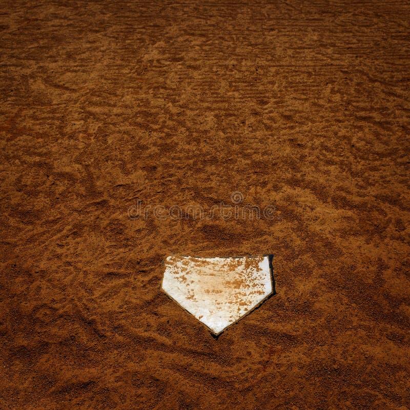 Basebol Homeplate na sujeira de Brown pelo tempo passado americano dos esportes foto de stock