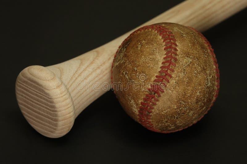Basebol velho e usado com um bastão novo imagens de stock royalty free