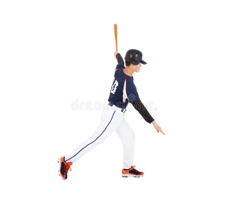 Basebollspelare som slår bollen med slagträet på sidan. royaltyfria foton