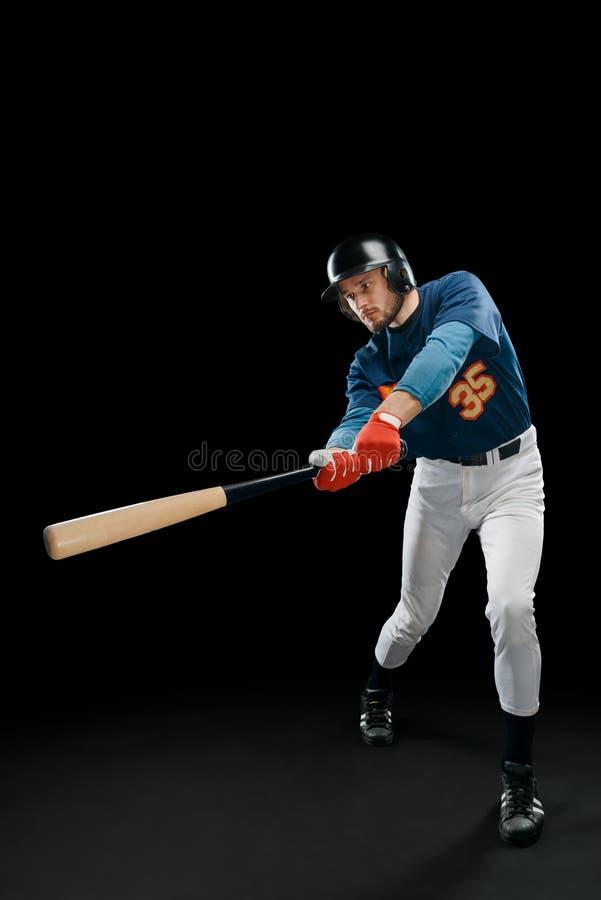 Basebollspelare som svänger slagträet royaltyfri foto