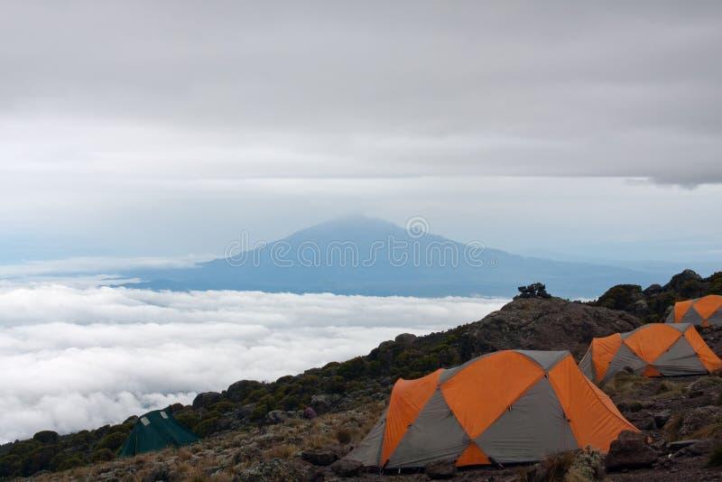 Basecamp en la montaña fotos de archivo libres de regalías