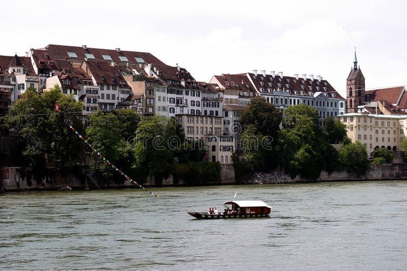 Basel, die Schweiz, typische Fähre über dem Rhein stockfotografie