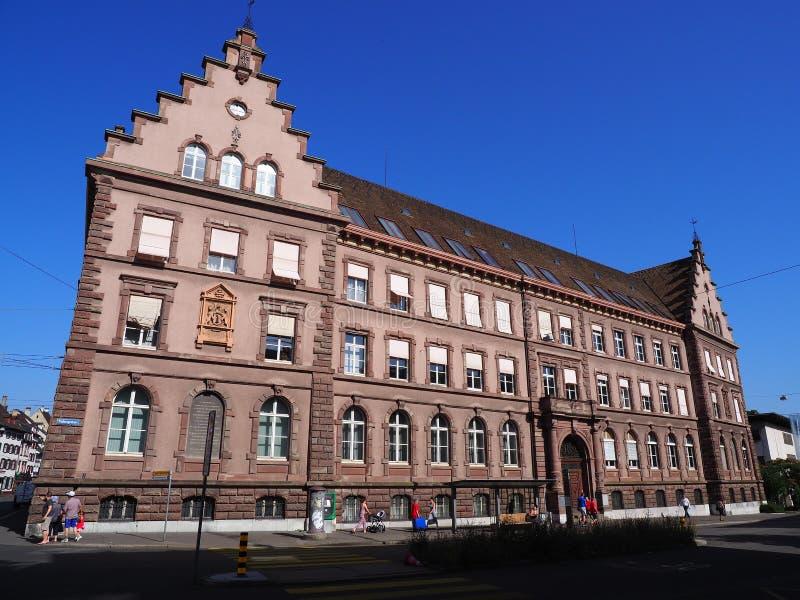 Basel, historisches repräsentativgebäude und Leute auf Quadrat in der Schweiz lizenzfreies stockfoto