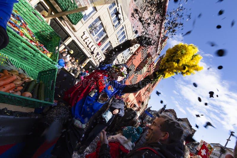 Basel-Karneval 2019 waggis, die Konfettis werfen lizenzfreie stockbilder