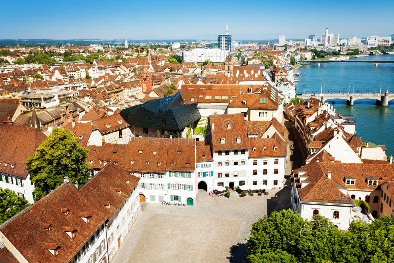 Basel-Stadt mit alten Häusern auf der Rhein-Bank lizenzfreies stockfoto