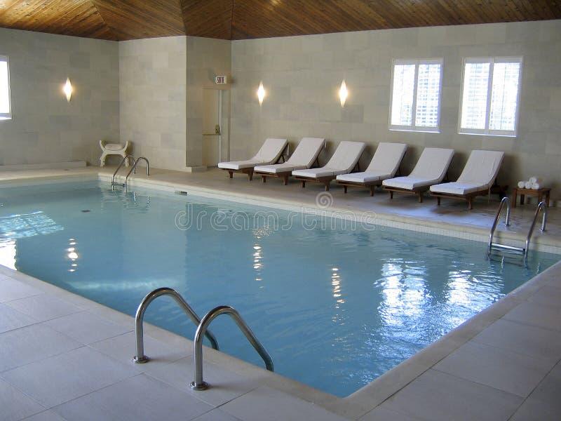 basen hotelowy opływa w spa. zdjęcia royalty free