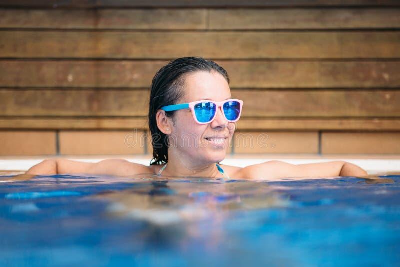 basen kobieta uśmiechnięta pływacka zdjęcie stock