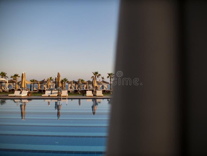Basen luksusowy wakacyjny hotel, zadziwiaj?cy widok Relaksuje blisko basenu z por?czem, sunbeds, s?o?c loungers i parasols czeka? obrazy royalty free