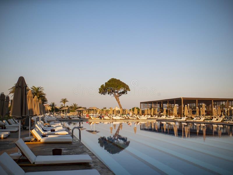 Basen przegapia pod niebieskim niebem w luksusowym kurorcie, hotel lub zdjęcie royalty free