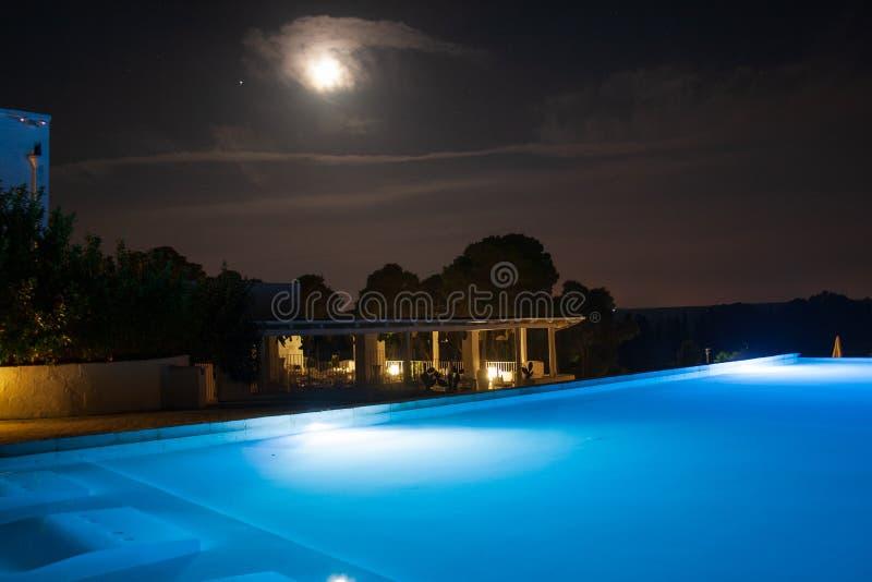 Basen przy nocą z księżyc obrazy royalty free
