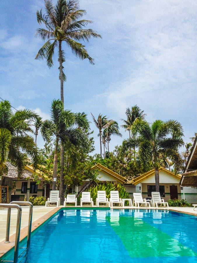 Basen przy tropikalnym kurortem zdjęcie royalty free