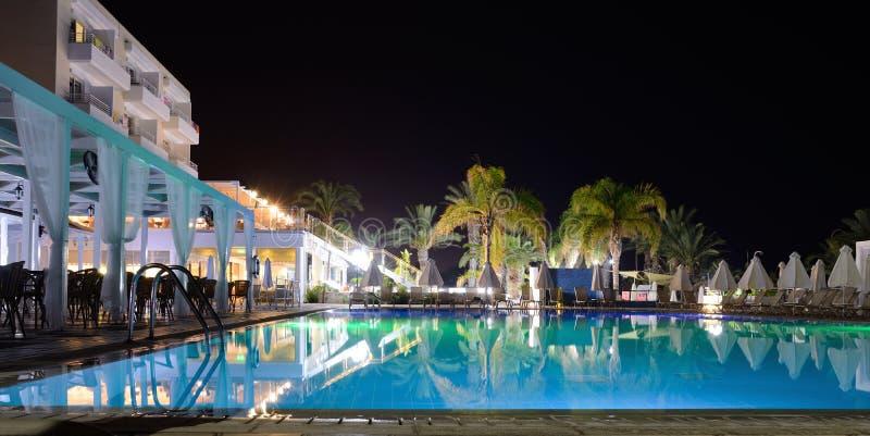 Basen w kurorcie przy hotelem w porze nocnej z iluminacją fotografia royalty free