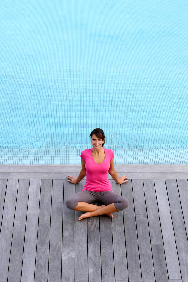 Download Basenem kobiety obsiadanie zdjęcie stock. Obraz złożonej z basen - 27197088