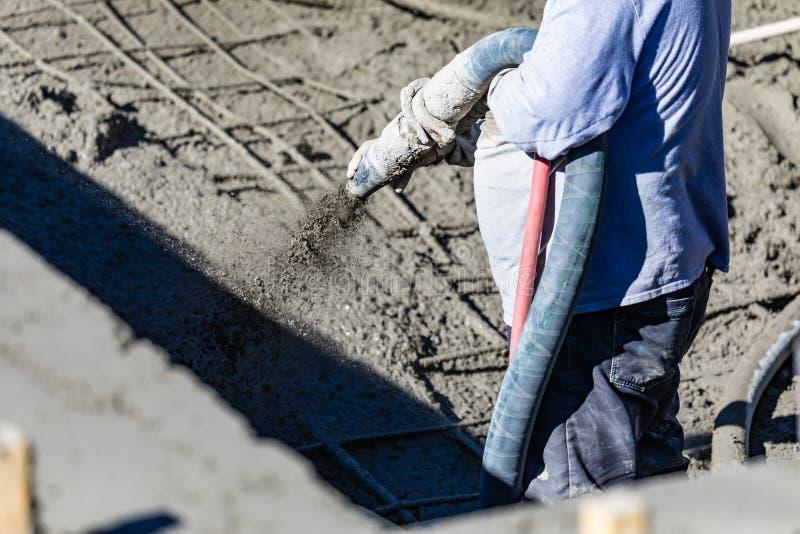Basenu pracownika budowlanego strzelaniny beton, Shotcrete lub Gunite Przez w??a elastycznego, zdjęcie stock