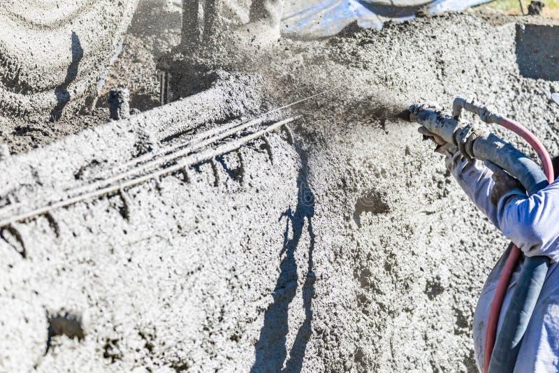 Basenu pracownika budowlanego strzelaniny beton, Shotcrete lub Gunite Przez w??a elastycznego, obrazy stock