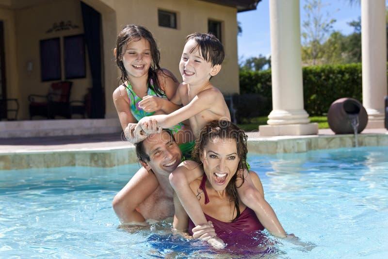 basenu rodzinny szczęśliwy bawić się dopłynięcie obrazy stock