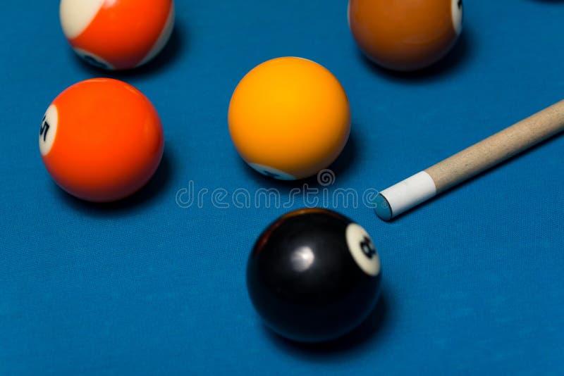 Basenu stół Z piłkami I wskazówka kijem obraz stock