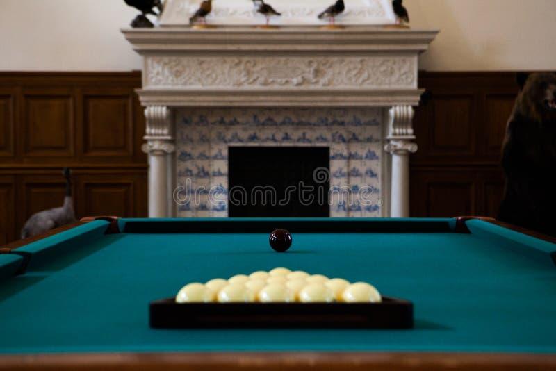 Basenu stół z piłkami na nim zdjęcie stock