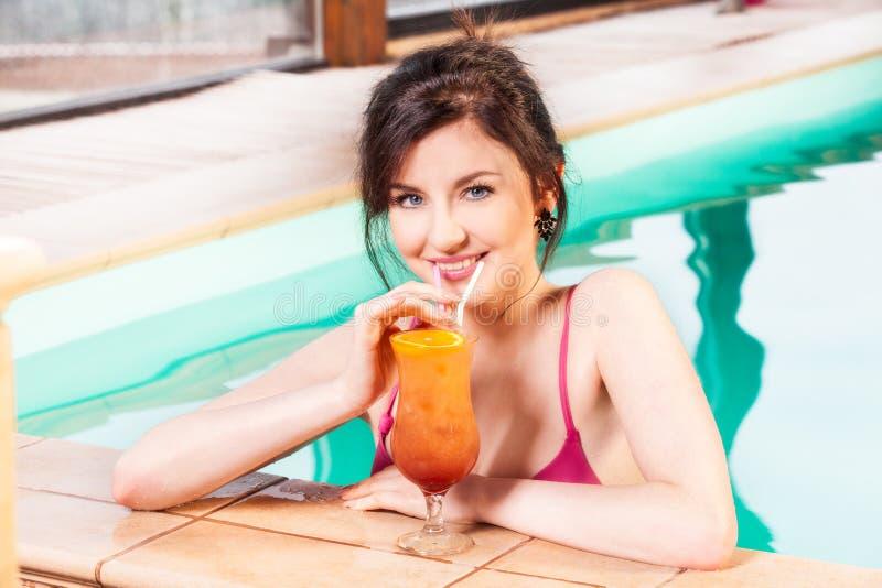 basenu uśmiechnięci pływaccy kobiety potomstwa fotografia stock