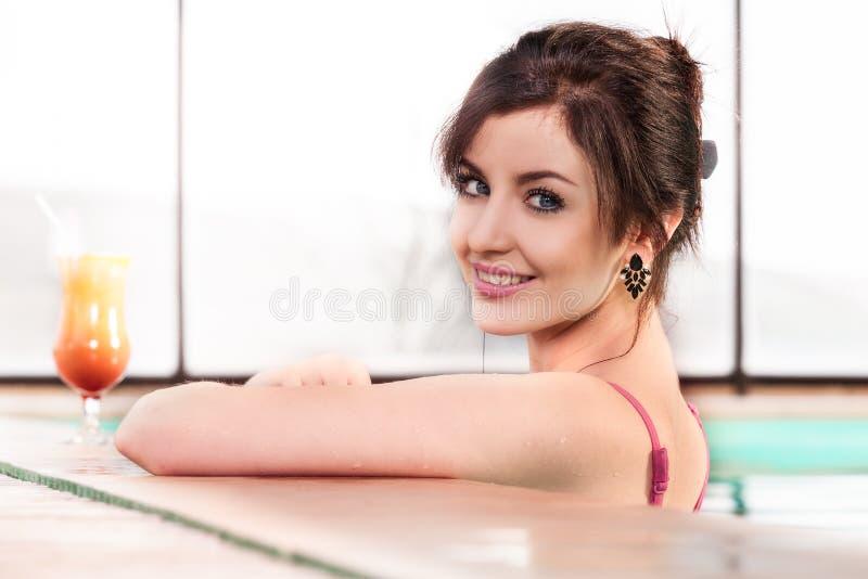 basenu uśmiechnięci pływaccy kobiety potomstwa zdjęcia stock