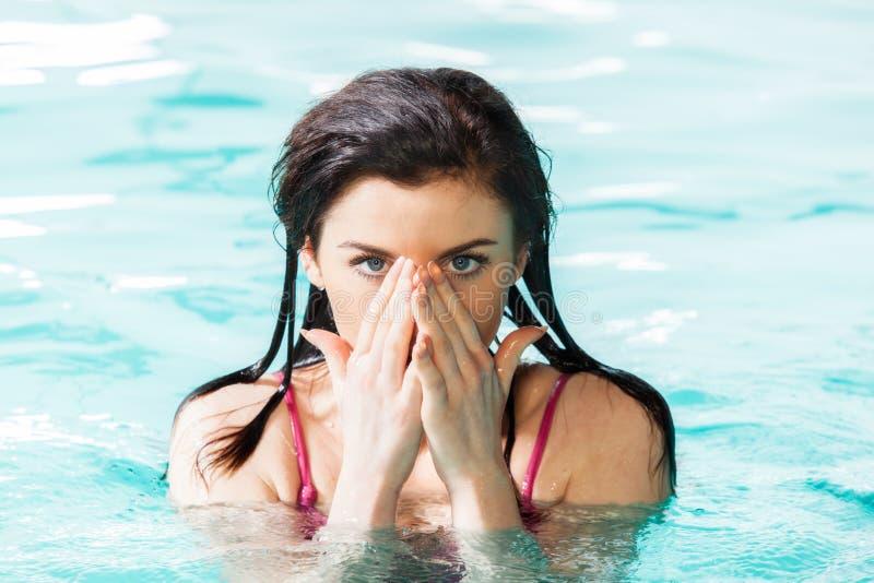basenu uśmiechnięci pływaccy kobiety potomstwa zdjęcie stock