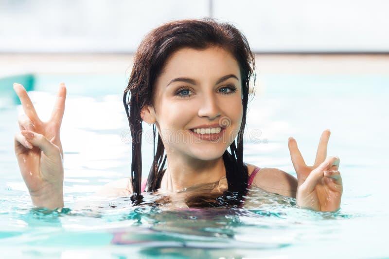 basenu uśmiechnięci pływaccy kobiety potomstwa obraz stock
