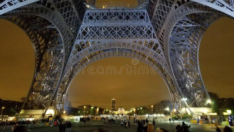 Basera av Eiffelen står hög arkivfoto