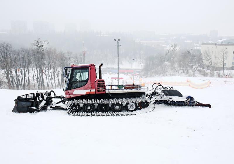 Basher de piste sur la pente à la station de vacances d'hiver photo libre de droits