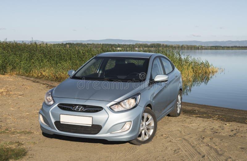 Bashkortostan, Russie - 3 août 2015 : La voiture est un accent de Hyundai sur le lac photos stock
