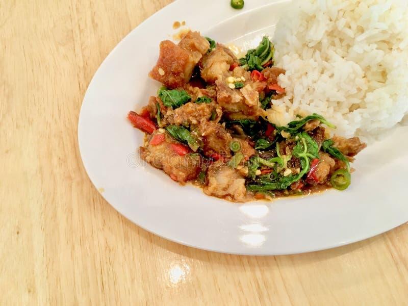Basil Crispy griskött med ris arkivfoto
