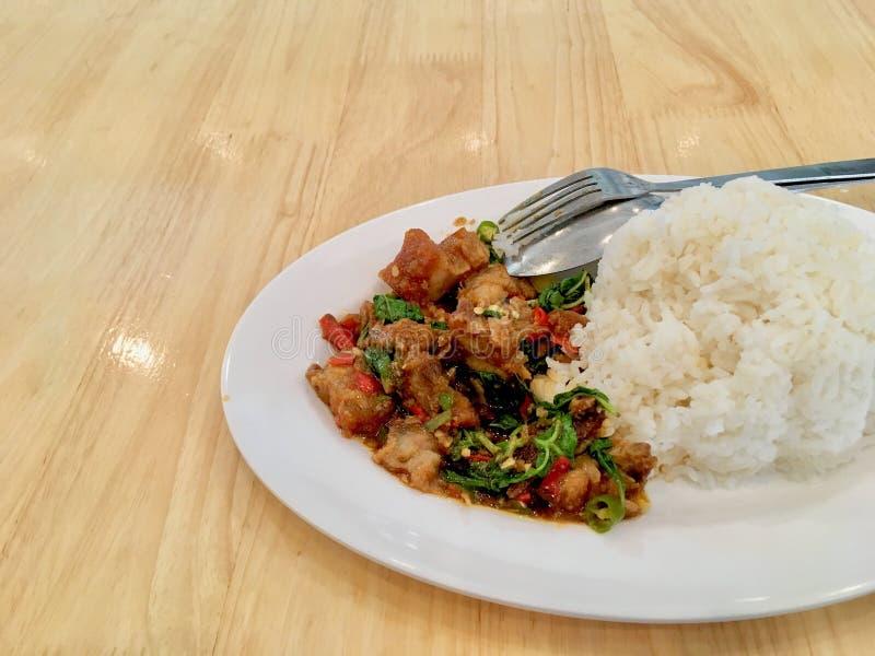 Basil Crispy griskött med ris arkivfoton