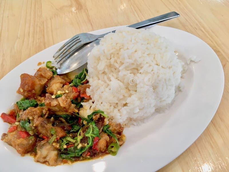 Basil Crispy griskött med ris arkivbild