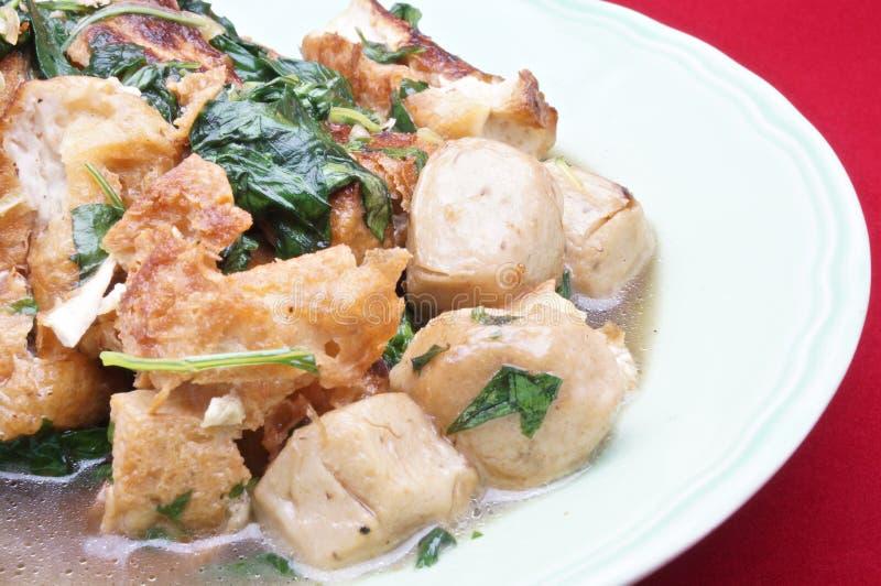Basil Tofu Stir Fry och vegetarianköttbullar royaltyfri foto