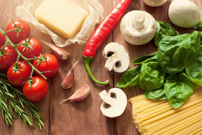 Basil vert à l'arrière-plan pour des produits de pâtes images libres de droits