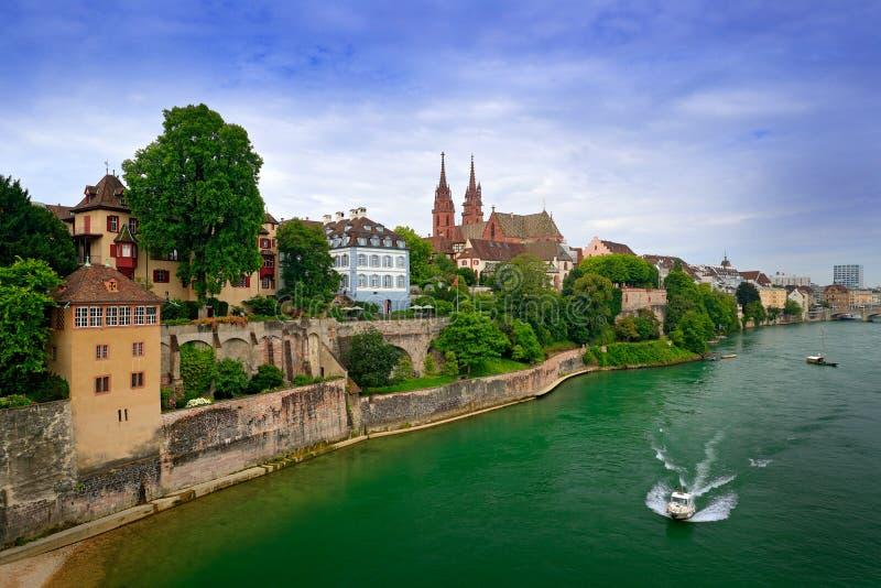 Basileia com a catedral de pedra vermelha de Munster e o Rhine River, Suíça, Europa Vista da cidade velha de Besel Centro de cida imagem de stock royalty free