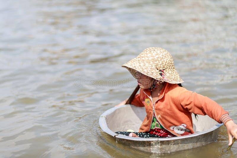 Basilic d'utilisation de fille comme bateau photos stock